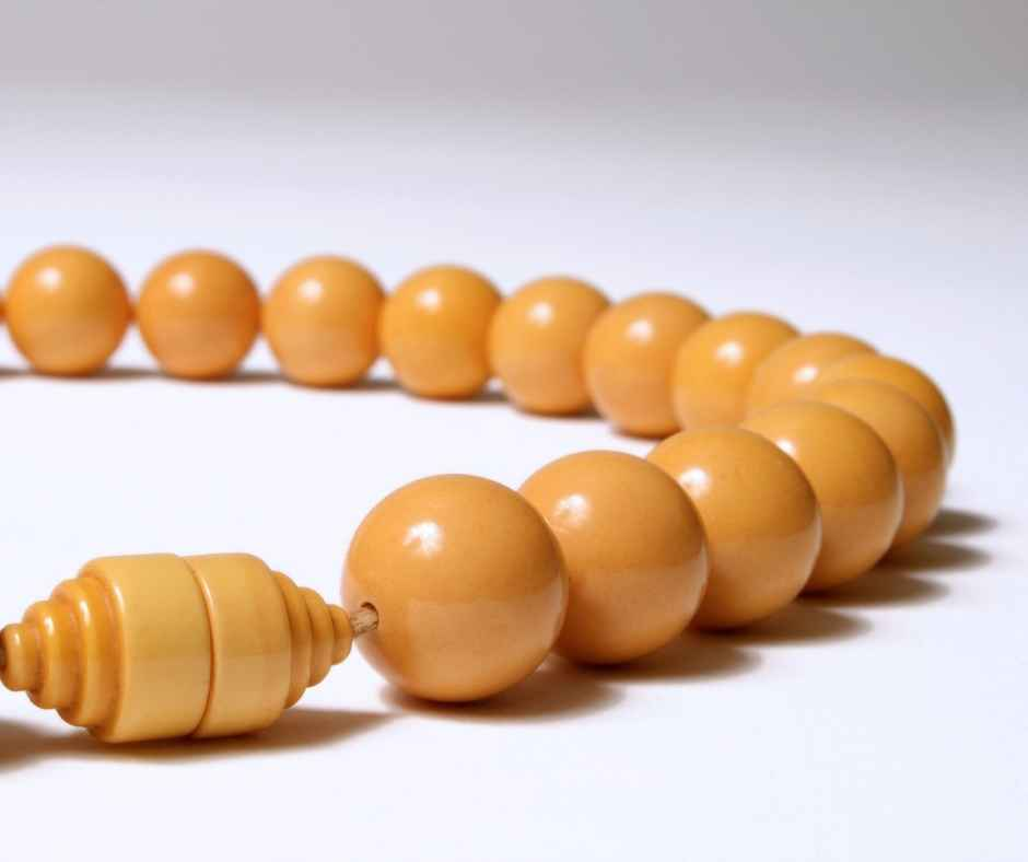 Read more about the article What is Bakelite Jewellery? How to Check it's Real and How to Buy Bakelite