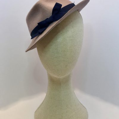 Samantha – 1940s percher trilby in wool felt with petersham ribbon trim
