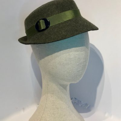 Miss Tarry – a 1940s day hat in olive marl wool